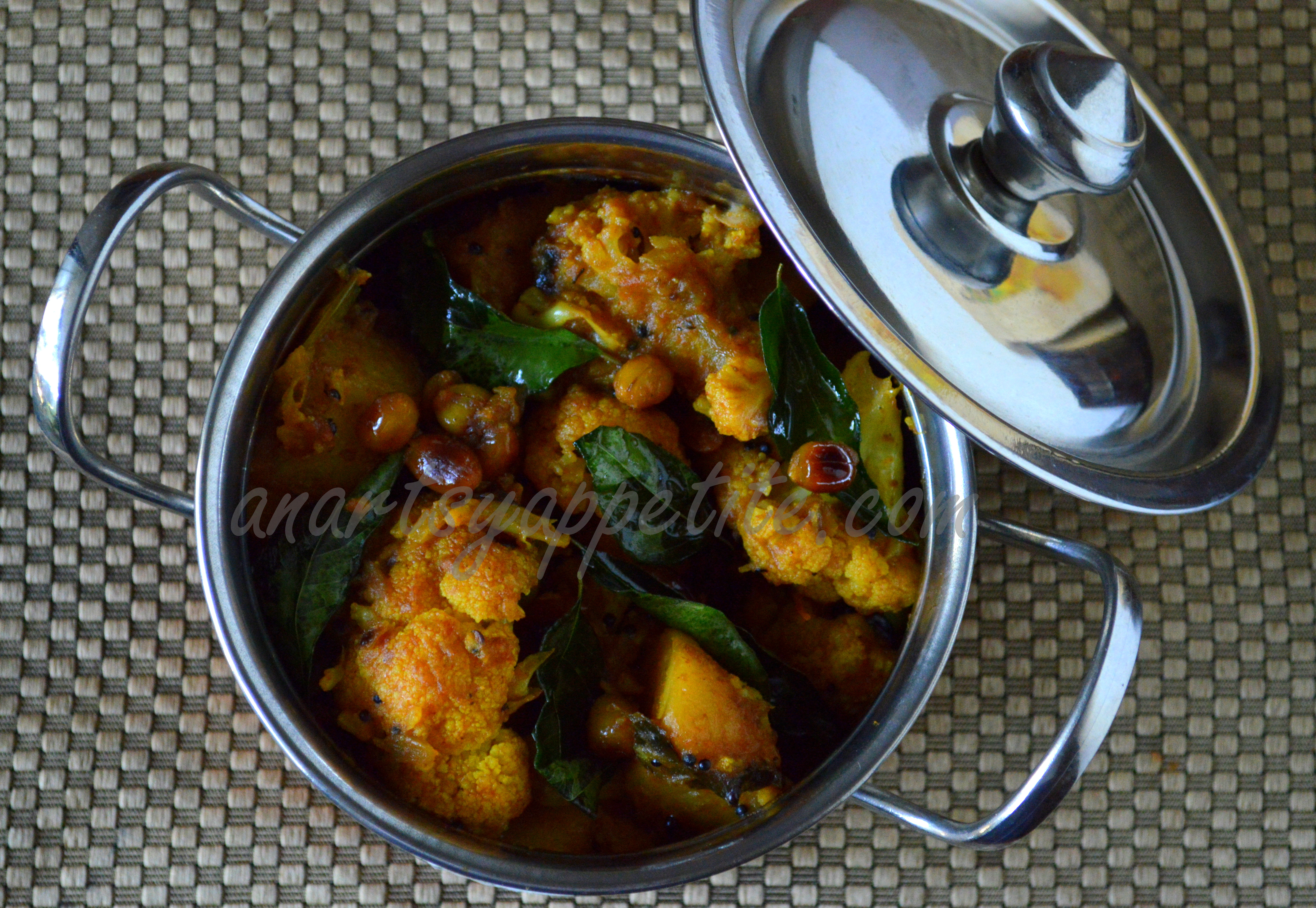 Aloo gobi recipe south indian style potato cauliflower curry an aloo gobi recipe south indian style forumfinder Image collections